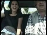 Dívka bude omrdaná v autě