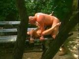 Mrdání kundy na lavičce
