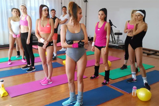 Alexis Crystal a Barbara Bieber se zdrží na parketách i po lekci ve fitness