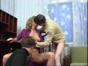 Grupáč matky uspokojí syna a jeho kamaráda - incest porno