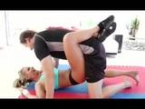 Trenér fitness protáhne svoji svěřenkyni