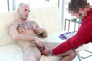 26-letý hřebec s potetovaným tělem na mužském castingu – gay porno