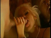 Milionář a číšník v grupáči s blondýnkou