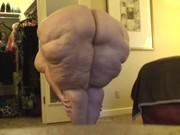 Velice plnoštíhlá žena zachycena při oblékání