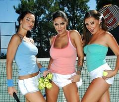 Tenistky Angelina Valentine, Penny Flame a Victoria Sin to dělají s trenérem
