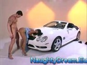 Nina Mercedez prcá u svého oblíbeného autíčka