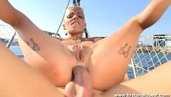 Anální sex s dívkou na jachtě (HD porno)
