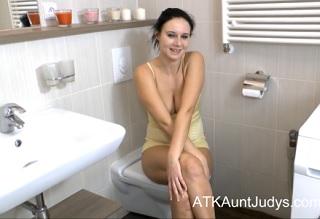 Česká dívka ukáže svoji chlupatou kundu