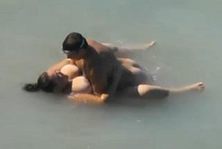 Šoustání plnoštíhlé prsatice ve vodě