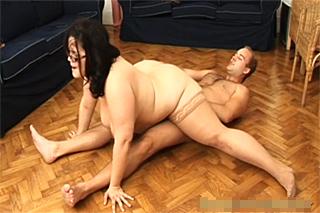 Akrobatický sex s baculatou maminou!