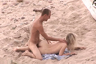 Amateur banging his blonde girlfriend on the beach!