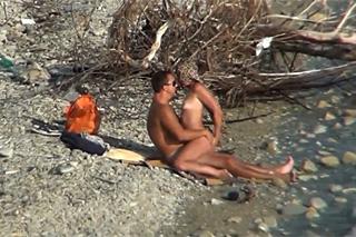 Amatérský pár sexuje na pláži – skrytá kamera