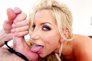 Americká blondýna Ashley Fires kouří penis!