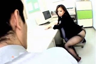Asijští kolegové se odvážou během pracovní doby v kanceláři