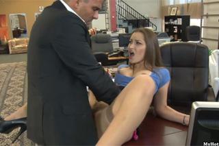 Asistentka v realitní kanceláři Dani Daniels vždy ráda podrží! (HD porno)