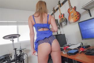 Athena Faris sexuje s nevlastním bratrem