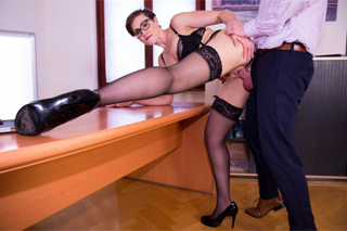 Australian secretary Yasmin Scott fucks in the office!