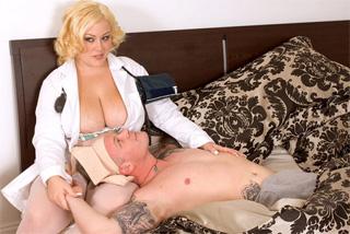 Baculatá doktorka Bunny De La Cruz ukojí penis pacienta v domácím léčení