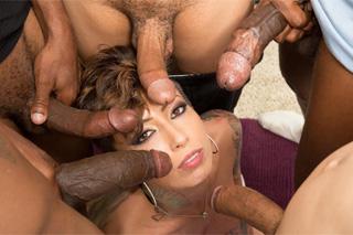 Bella Bellz si po klasickém sexu dopřeje také bukkake!