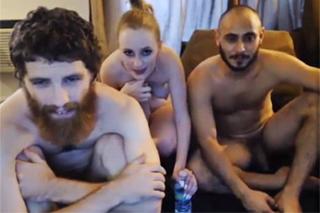 Blondýna předvádí sex se dvěma muži!