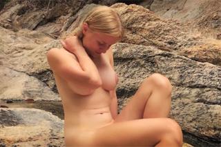 Blondýnka Alexandra Codefuck dovádí v horském potoce!