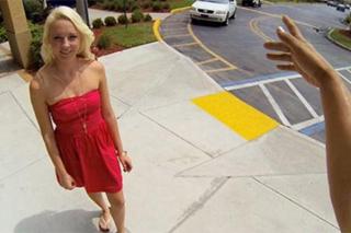 Blondýnka Ashley se nechá na ulici přemluvit k šukání s cizím mužem