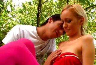 Blondýnka zažije svůj první anální sex na zahradě - české porno