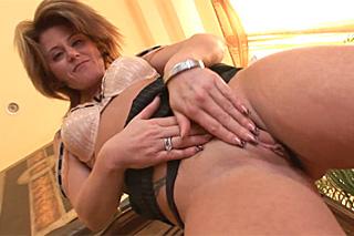 Boháč si natočí anální porno se zralou asistentkou!