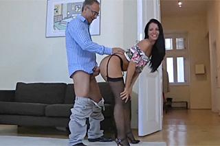 Bohatý senior dělá sexuální konkurz na hospodyňku