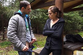Borec prcá s krásnou stopařkou v lese – české porno