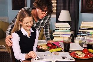 Brýlatý student oprcá svou rozkošnou doučovatelku!