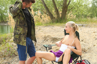 Cayla Lyons: Soulož u rybníka s kamarádem rybářem!