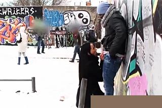 Černobílý pár mrdá v zimních měsících na veřejnosti