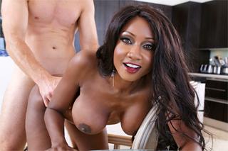 Černošská mamina Diamond Jackson si krásně zašoustá!