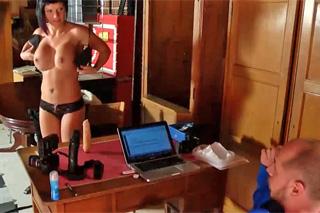 Černovlasá milf souloží na pornografickém castingu!
