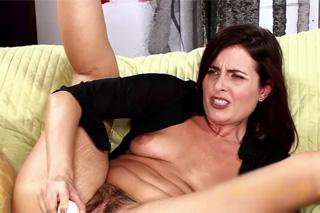 Chlpatá milf Helena Price v masturbaci!