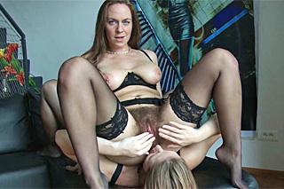 HD porno video. HD porno video, zralá lesba a její mladá lesbička xhamster.