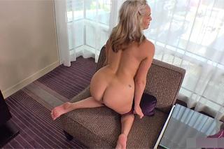 Čtyřicetiletá umělkyně natočí své první porno video!