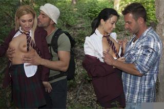 Čtyřka v lese, aneb turisté šoustají školačky! (Taissia Shanti a Lindsay Olsen)