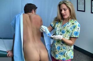 Doktorka Allura Skye kontroluje prostatu mladého pacienta!