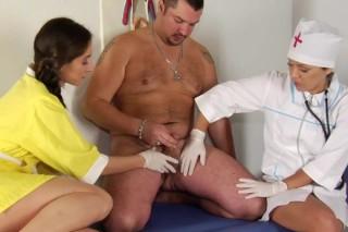 Doktorka se sestřičkou vyhoní staršího pacienta!