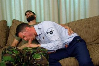 Dva američtí vojáci si udělají hezkou chvilku – gay porno