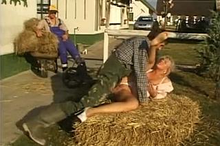 Dva farmáři ošukají ztracenou paničku na otepu slámy