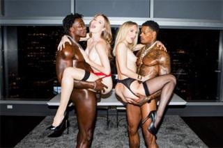 Dva svalnatí černoši šoustají dvě vdané paničky! (Mona Wales a Ashley Lane)