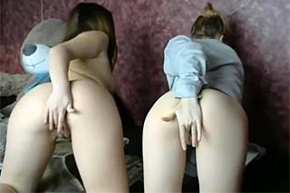Dvě lolitky masturbují před webkamerou