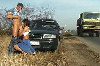Dvojice amatérských nadrženců šuká u frekventované silnice