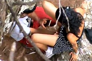 Exotický pár sexuje venku před skrytou kamerou!