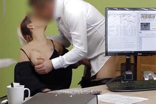 Extravagantní žadatelka o půjčku nastaví kundičku – české porno