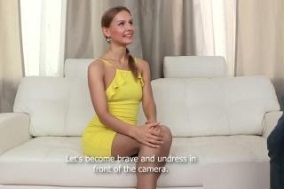 Falešný modelingový agent ošuká naivní krásku z ulice (Sabrina Moore)