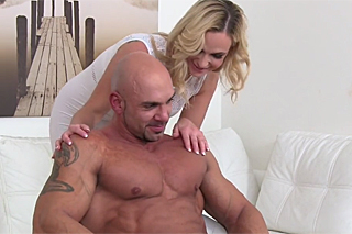 FemaleAgent Cristal Caitlin s plešatým sportovcem – české porno